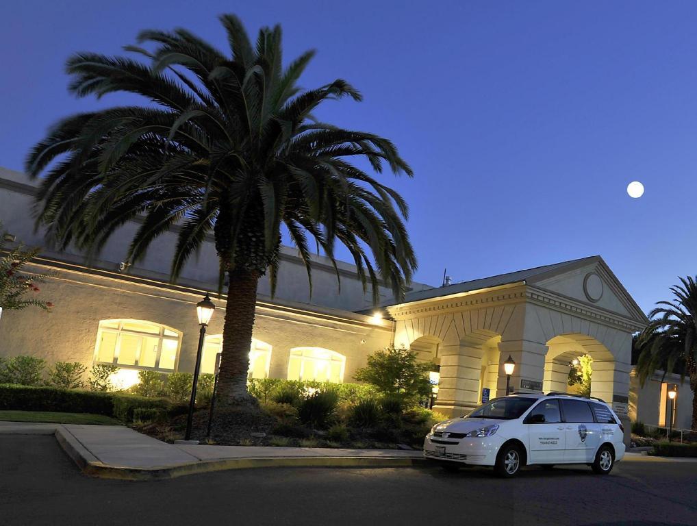 More About Lions Gate Hotel Sacramento Ca