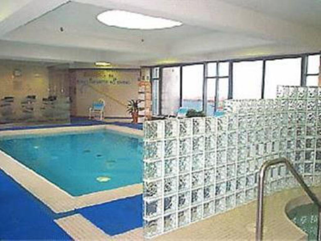 Best price on marriott toronto downtown eaton centre hotel in toronto on reviews for Swimming pools downtown toronto