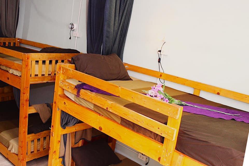 黄色小?9o.?in9?e_1 person in 9-bed dormitory - female only
