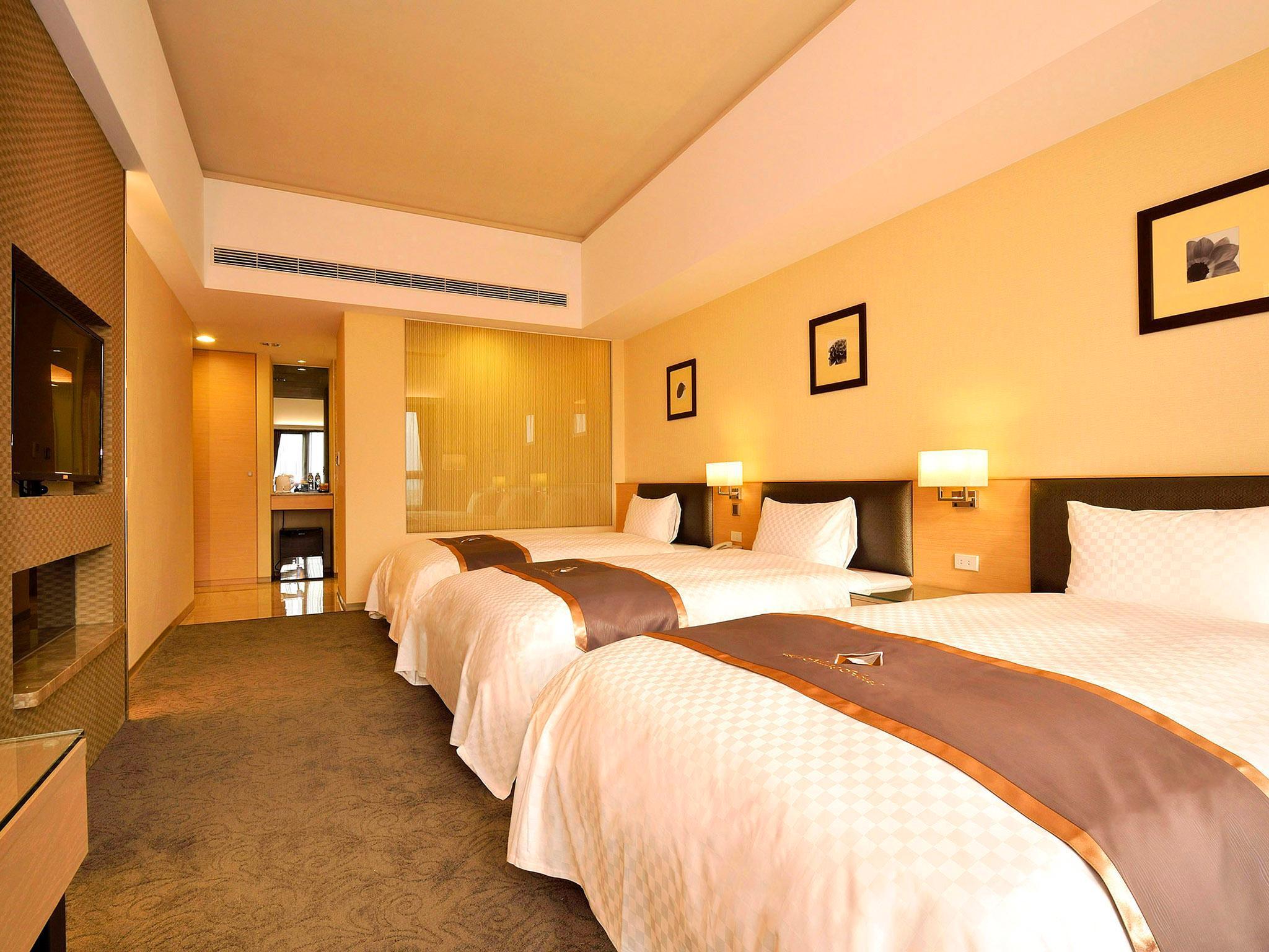 桂林尊皇大酒店 机场大巴到该酒店多远?