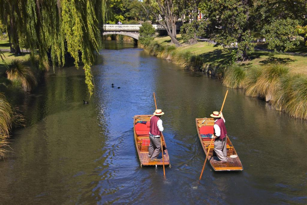 Punting on the Avon - 350 m from property Classic Villa