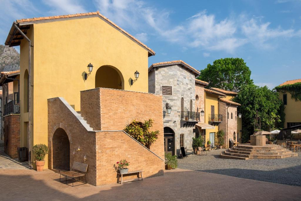 Primo Piazza - 4.86 km from property