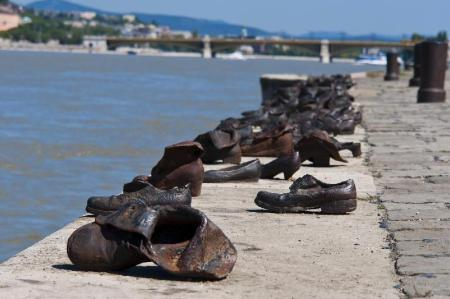 Shoes on the Danube Promenade - 950 m dari properti My Nice Apartment