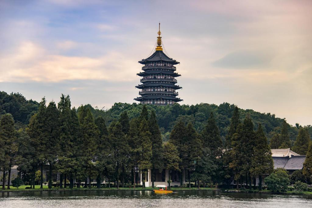 "Lei Feng Pagoda - 4.34 ק""מ ממקום האירוח Hangzhou Wall & Flower Courtyard Coffee Hostel"