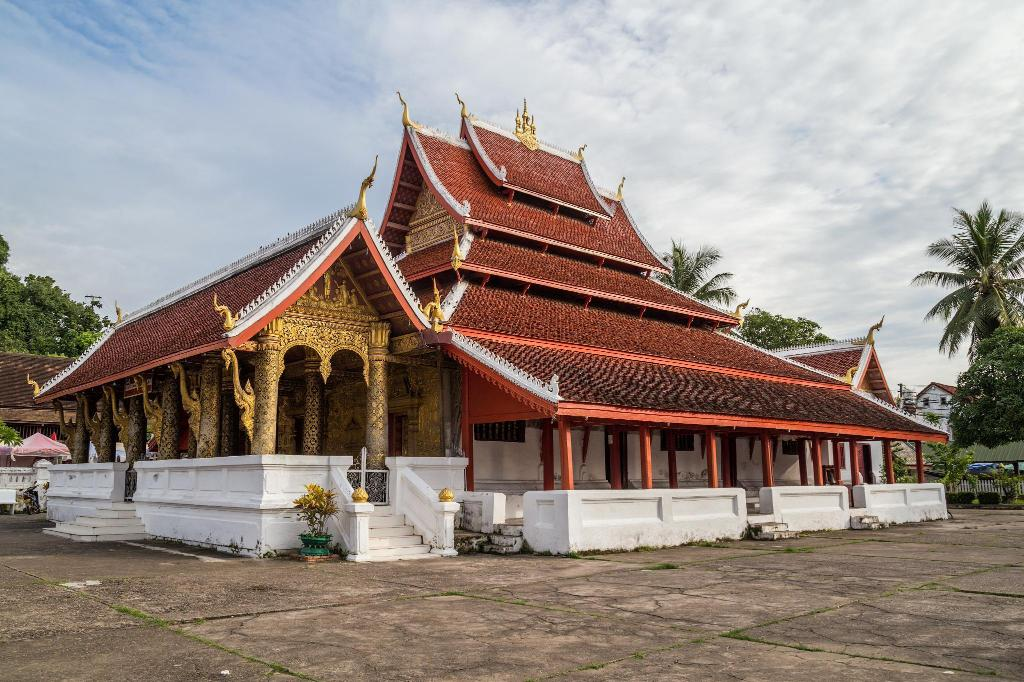 Wat Mai - 530 m from property Oudomphong Guesthouse
