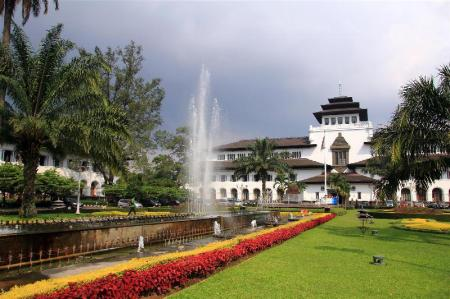 Gedung Sate - A 570 m de l'allotjament RedDoorz near Riau Junction Mall