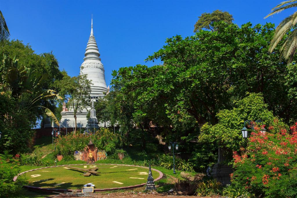 Wat Phnom - 750 m from property Mekong River Guesthouse