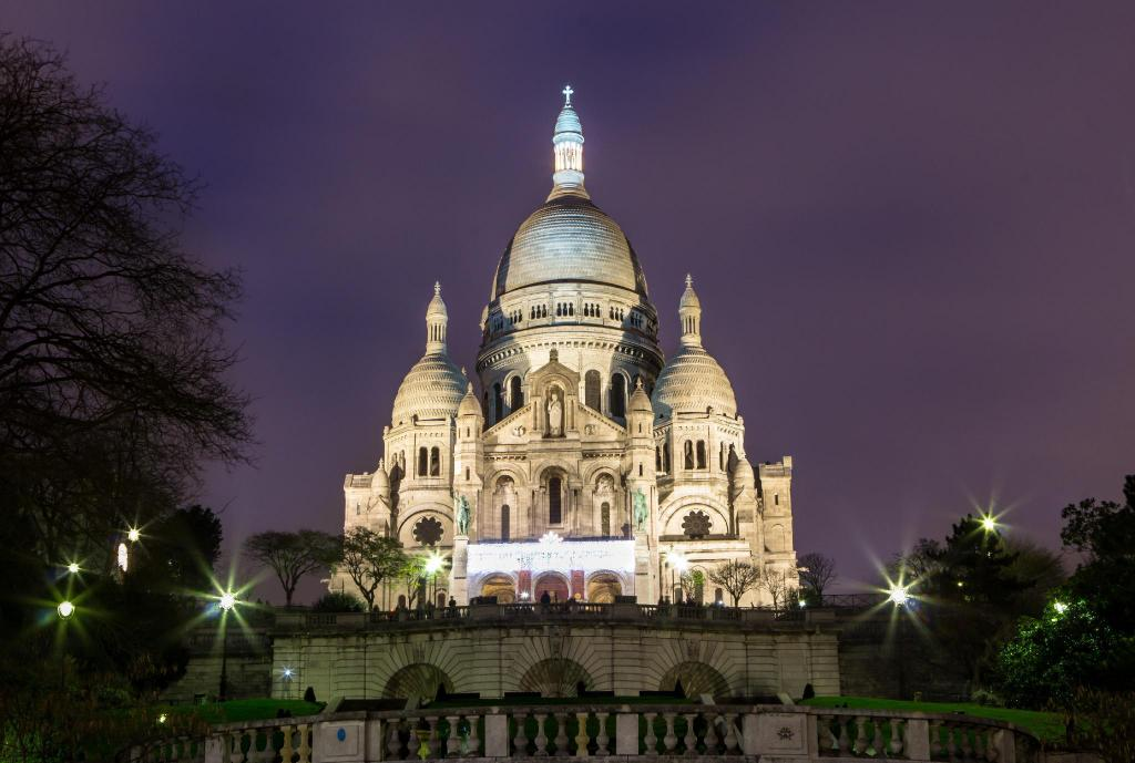 Sacred Heart Basilica of Montmartre (Sacre-Coeur) - 1.64 km from property Mirific