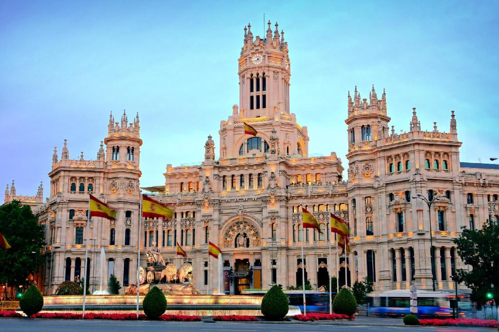 Plaza de la Cibeles - 1.05 km from property