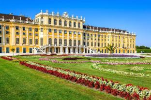 Schonbrunn Palace - 1.8 km from property