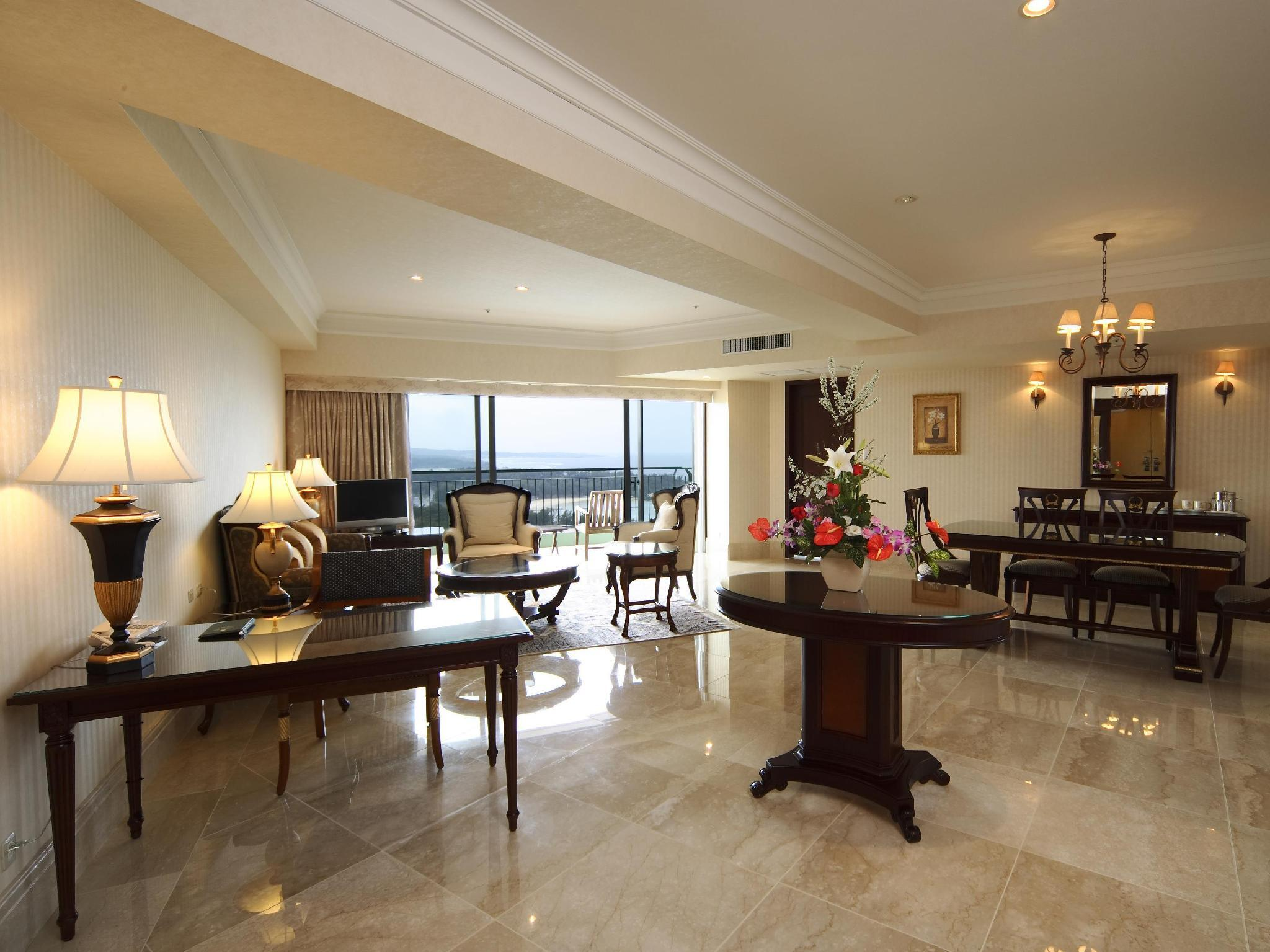 Kamar Suite Crown (Crown Suite Room)