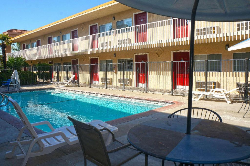 Americas best value inn fresno ca in fresno ca room - Best hotel swimming pools in california ...