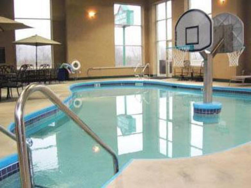 Piscina Country Inn & Suites by Radisson, Madison Southwest, WI
