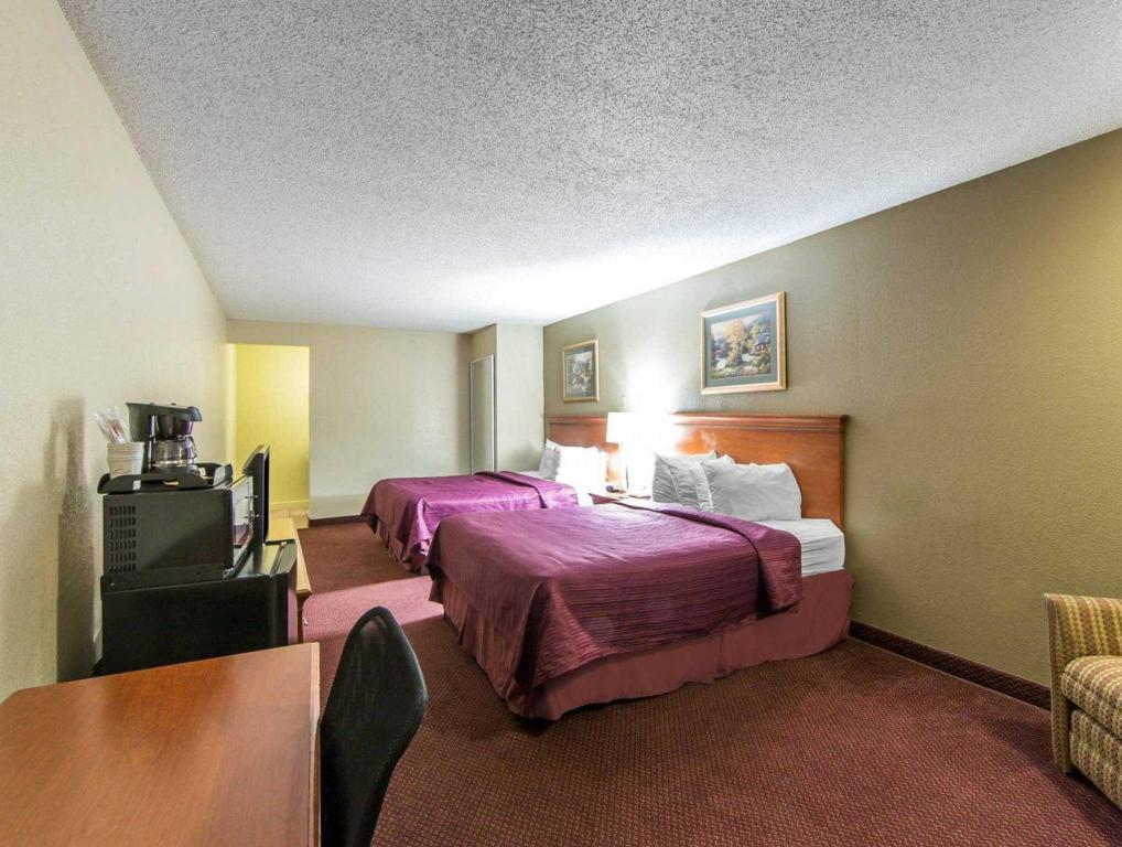 Queen with 2 Queen Beds Howard Johnson by Wyndham Pigeon Forge