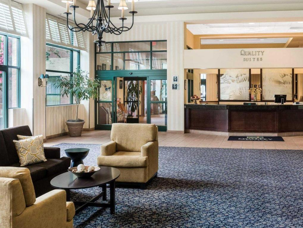Лоби Quality Suites Lake Wright - Norfolk Airport
