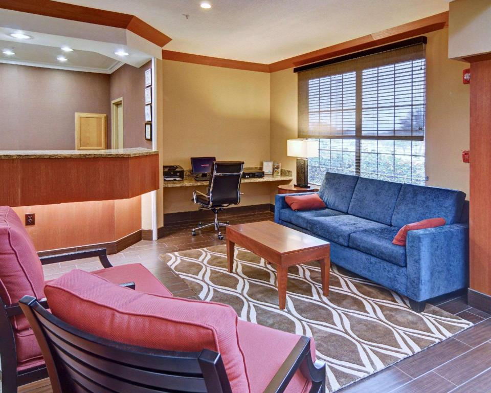 Lobi Comfort Suites Near Alliance