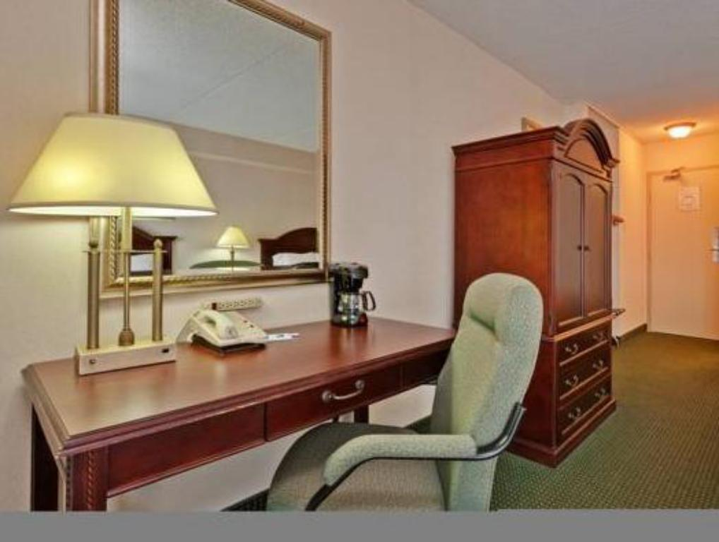 Standard - Guestroom Holiday Inn Express Toronto-Airport Area Hotel