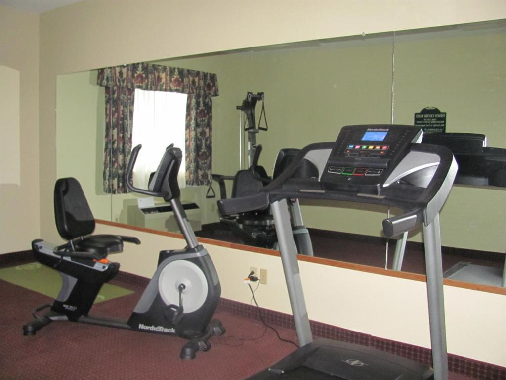 Fitness center Dollinger's Inn & Suites