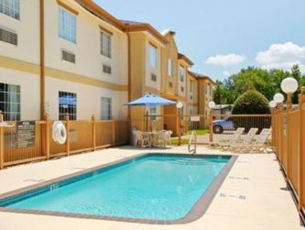 Swimming pool Inwood Suites, Carthage,TX