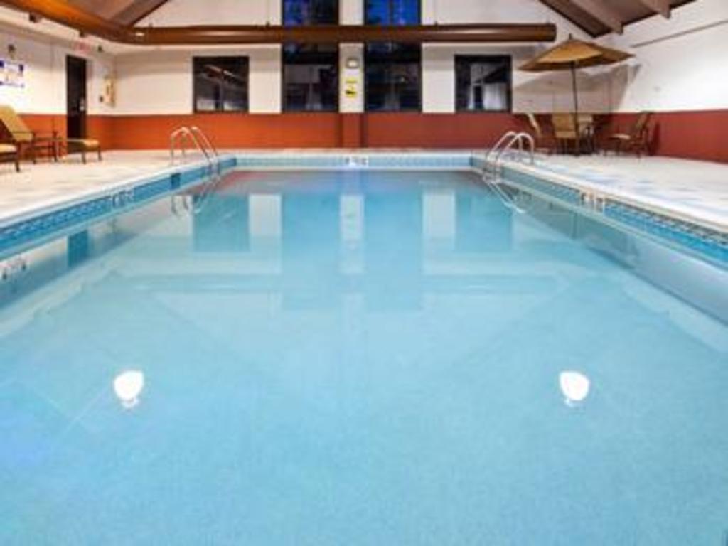 Swimming Pool Holiday Inn Express Morehead Hotel