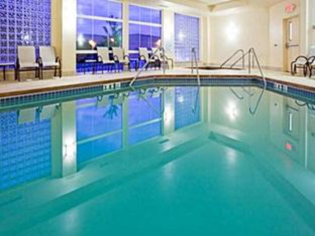 Swimming pool Candlewood Suites Fitchburg