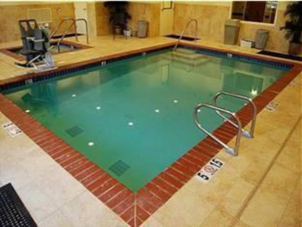 Swimming pool Holiday Inn Express Hotel & Suites Lincoln-Roseville Area