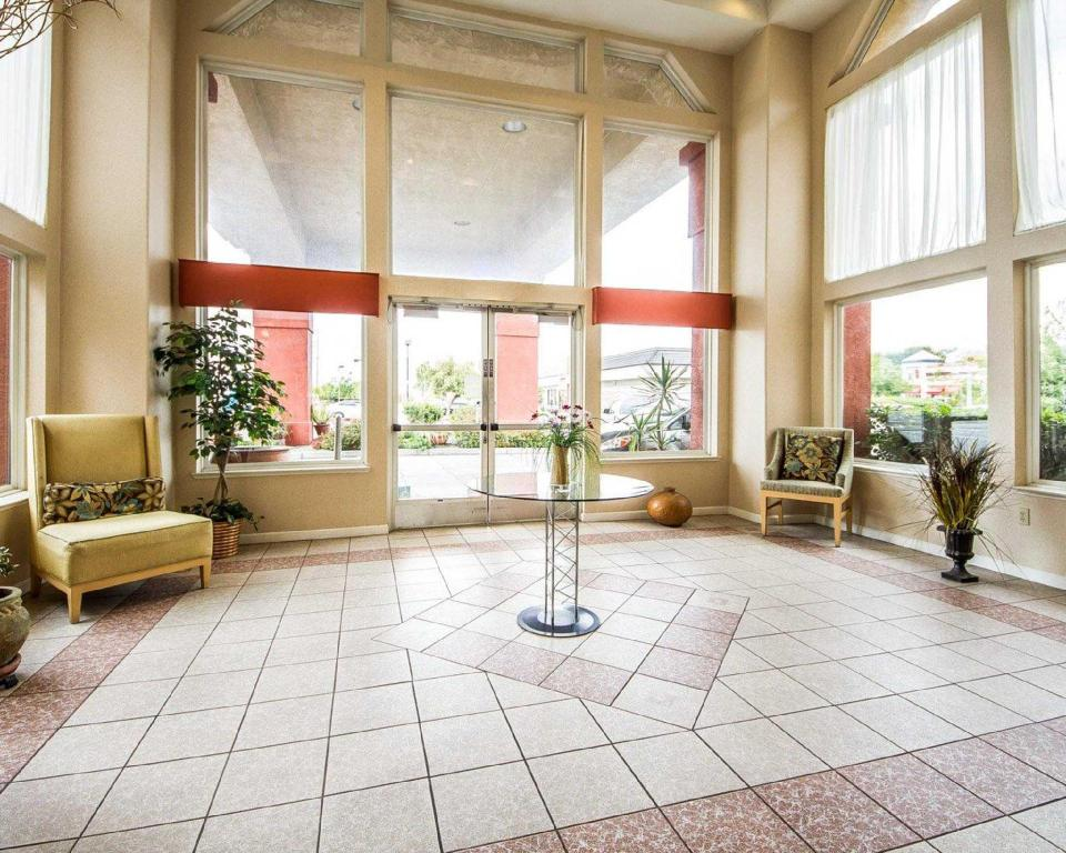 Lobby Quality Inn and Suites Lathrop