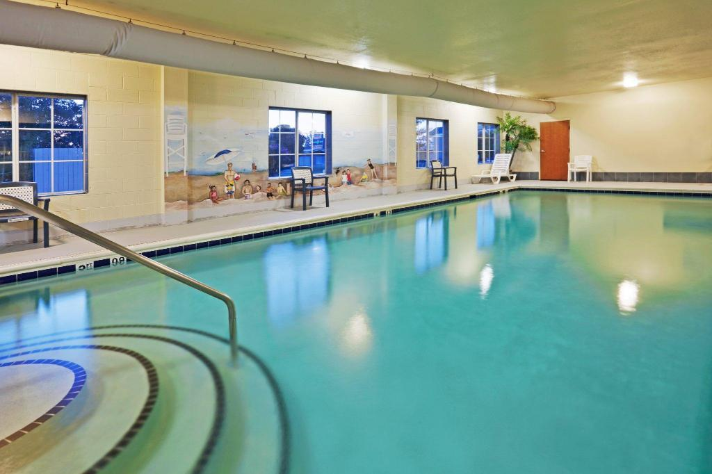 Swimming pool Holiday Inn Express Hotel and Suites Petersburg - Fort Lee