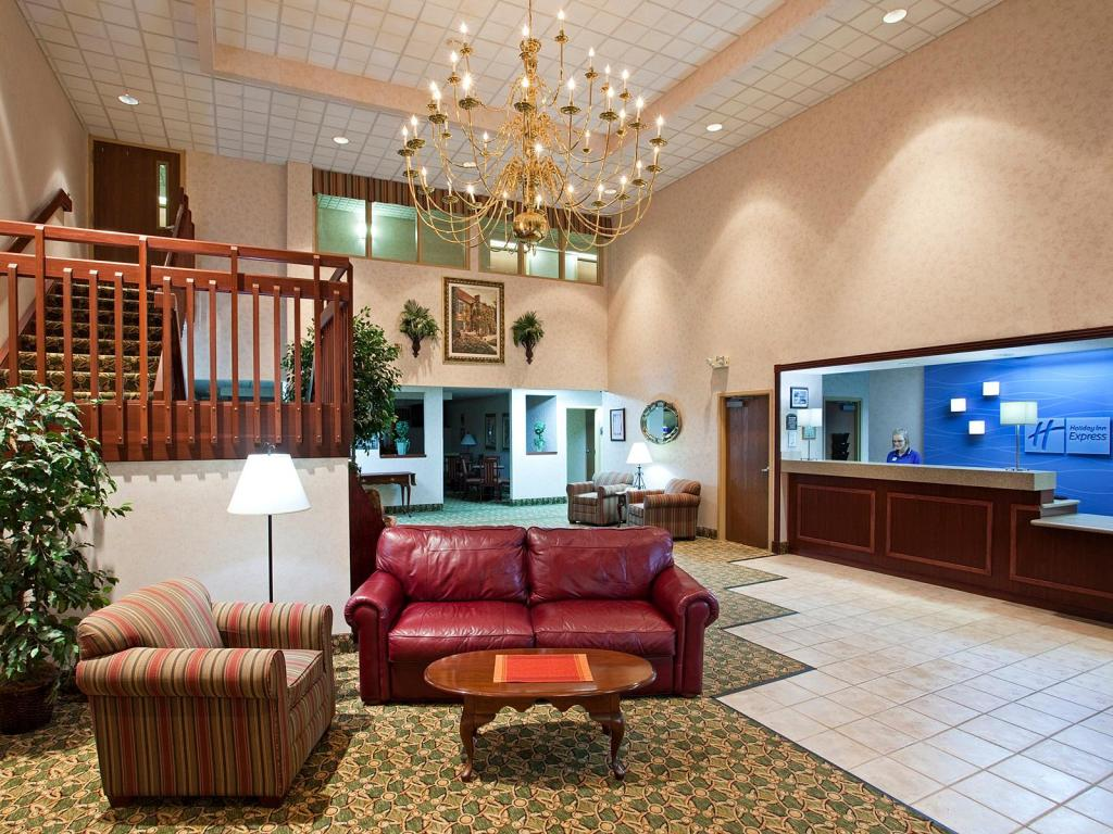 Lobby Holiday Inn Express Hotel & Suites Findlay