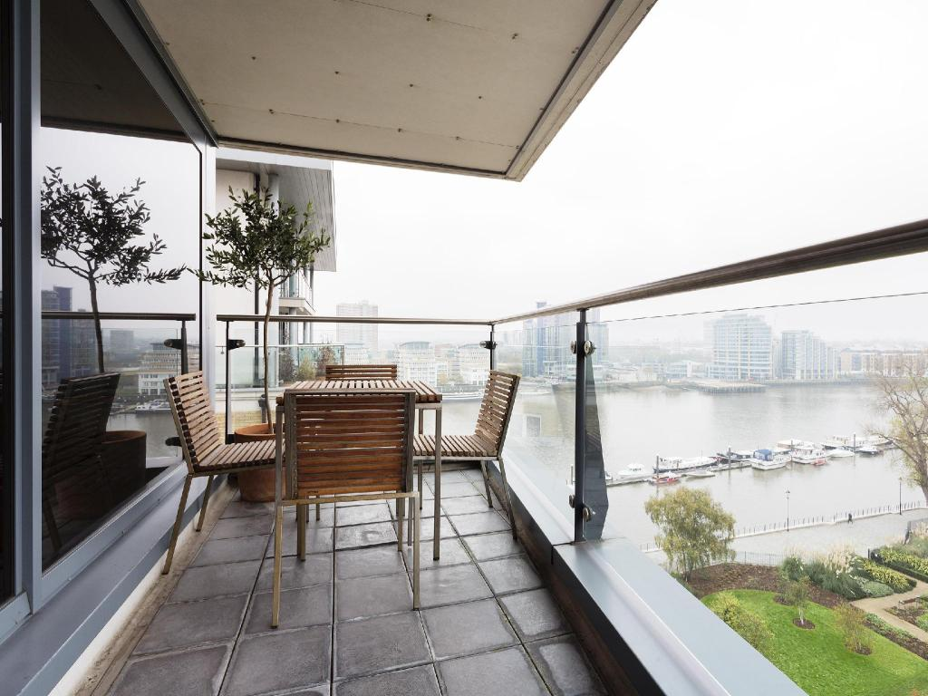شرفة/ تراس Veeve  Sleek River View Apartment Aspect Court Chelsea Harbour Fulham