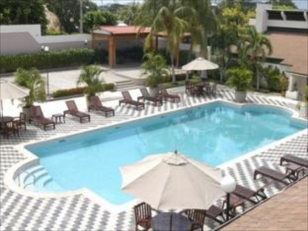 Swimming pool Crowne Plaza Managua
