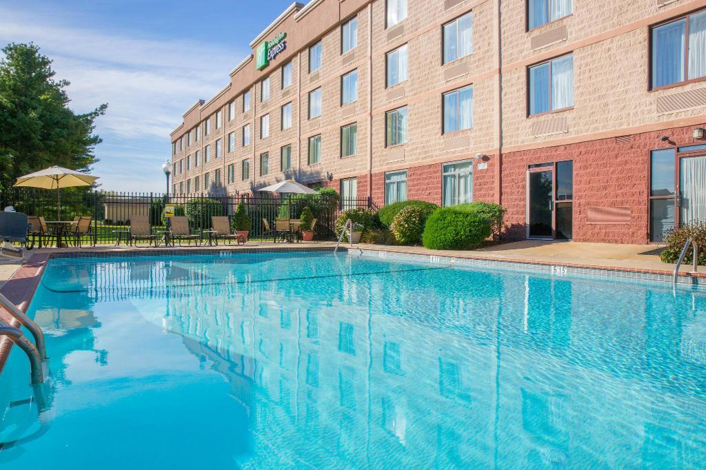 Swimming pool [outdoor] Holiday Inn Express Exton-Lionville