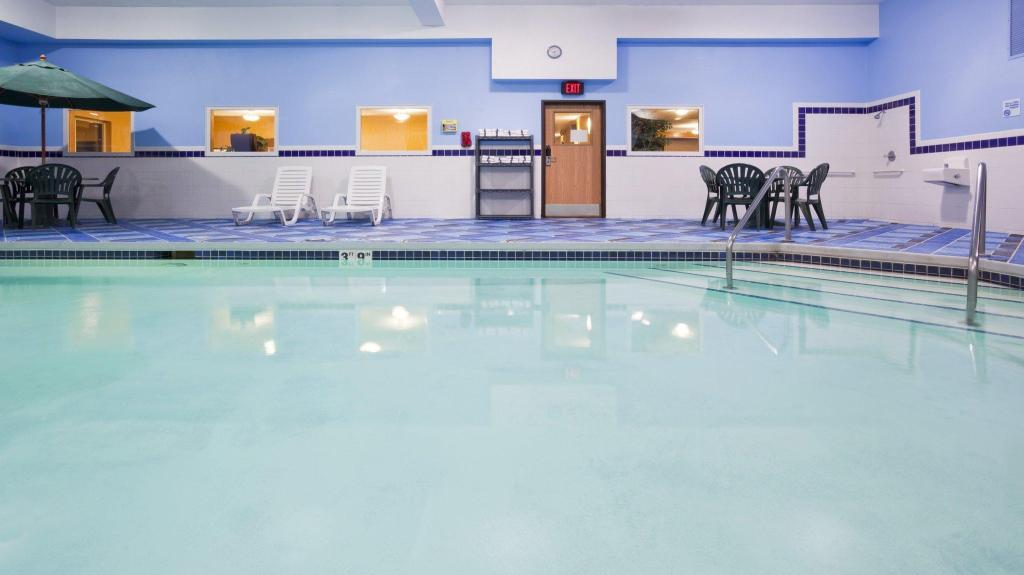 Swimming pool Holiday Inn Express Deforest