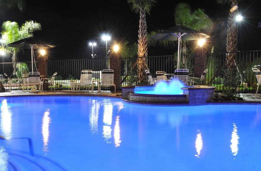 Swimming pool [outdoor] Holiday Inn Express Hotel & Suites Winnie