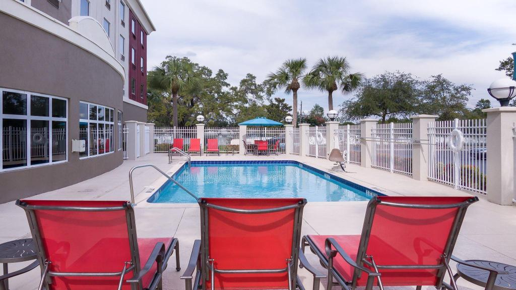 Swimming pool [outdoor] Holiday Inn Express St. Petersburg North / I-275