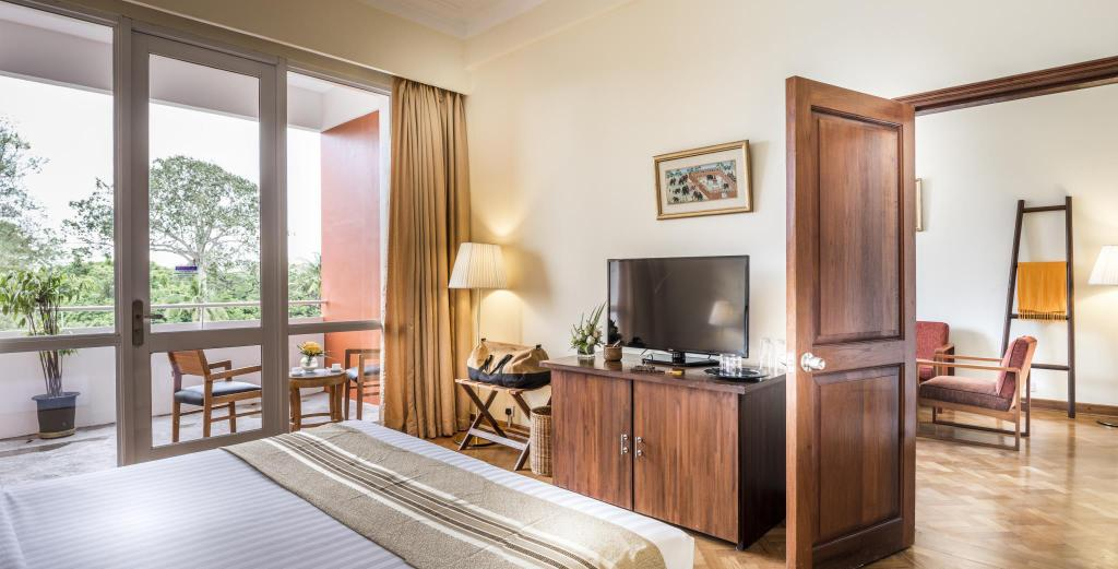 Junior Suite met Kingsize bed - Gastenkamer Inya Lake Hotel