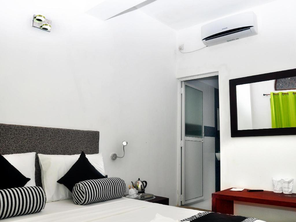 Deluxe 1 Bed Room - Guestroom Aaranya Residencies