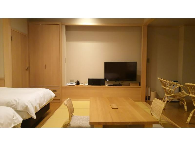 和洋室 (Japanese/Western-style Room with Hiroen Space & Deck)