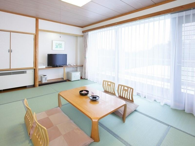 和室|10畳+踏込0.5畳 (Standard Japanese-style Room (East No. 2 Wing) *Has bath)