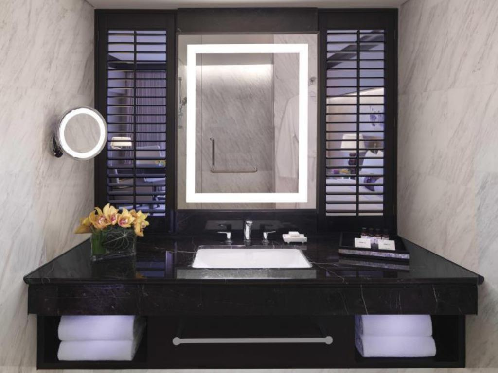 Signature King Salon Suite - Bathroom