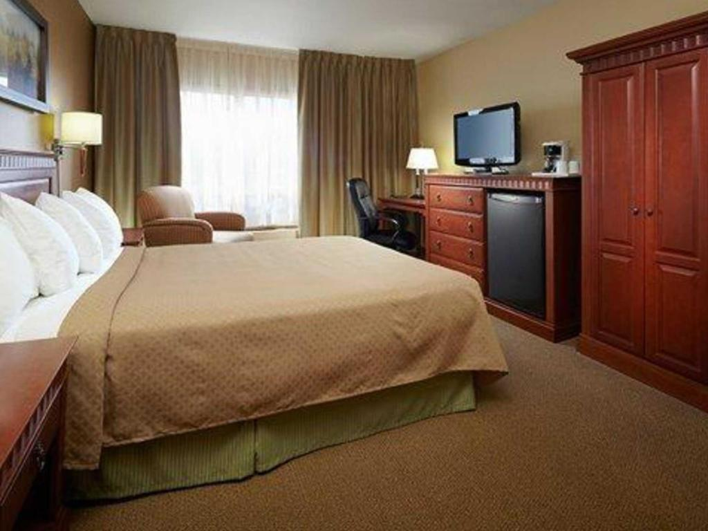 1 Queen Bed Suite, Non-Smoking - Istaba viesiem Quality Inn and Suites P.E. Trudeau Airport