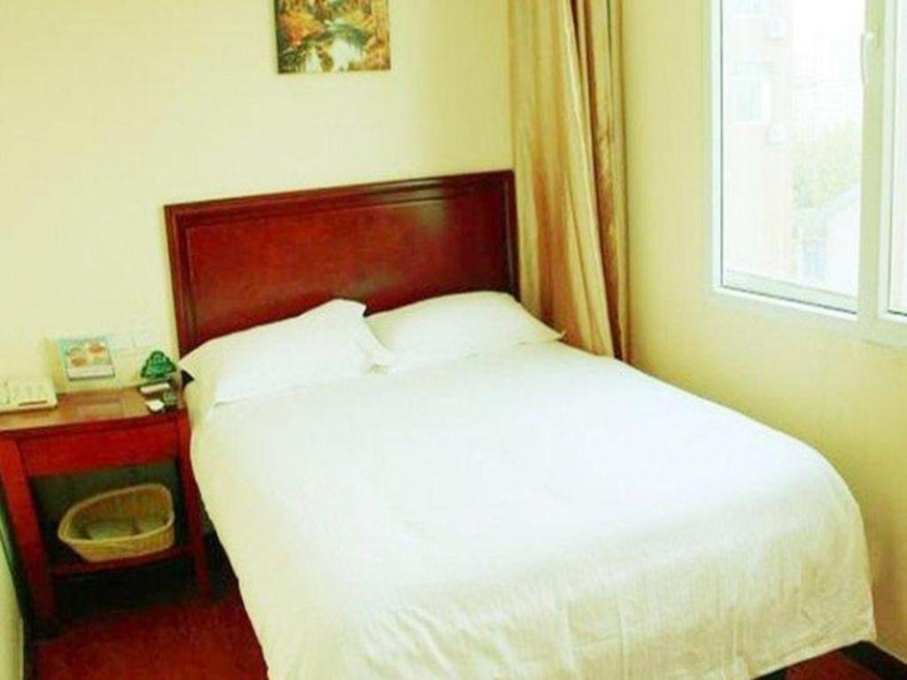 Queen - Domestic Residents Only - Bed GreenTree Inn Shandong Weihai Rushan Century Avenue Express Hotel