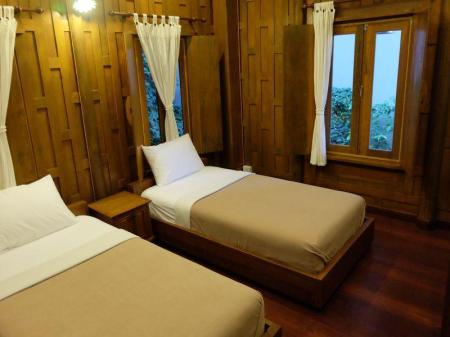 Deluxe Twin Bed Air Conditioning Luang Chumni Village