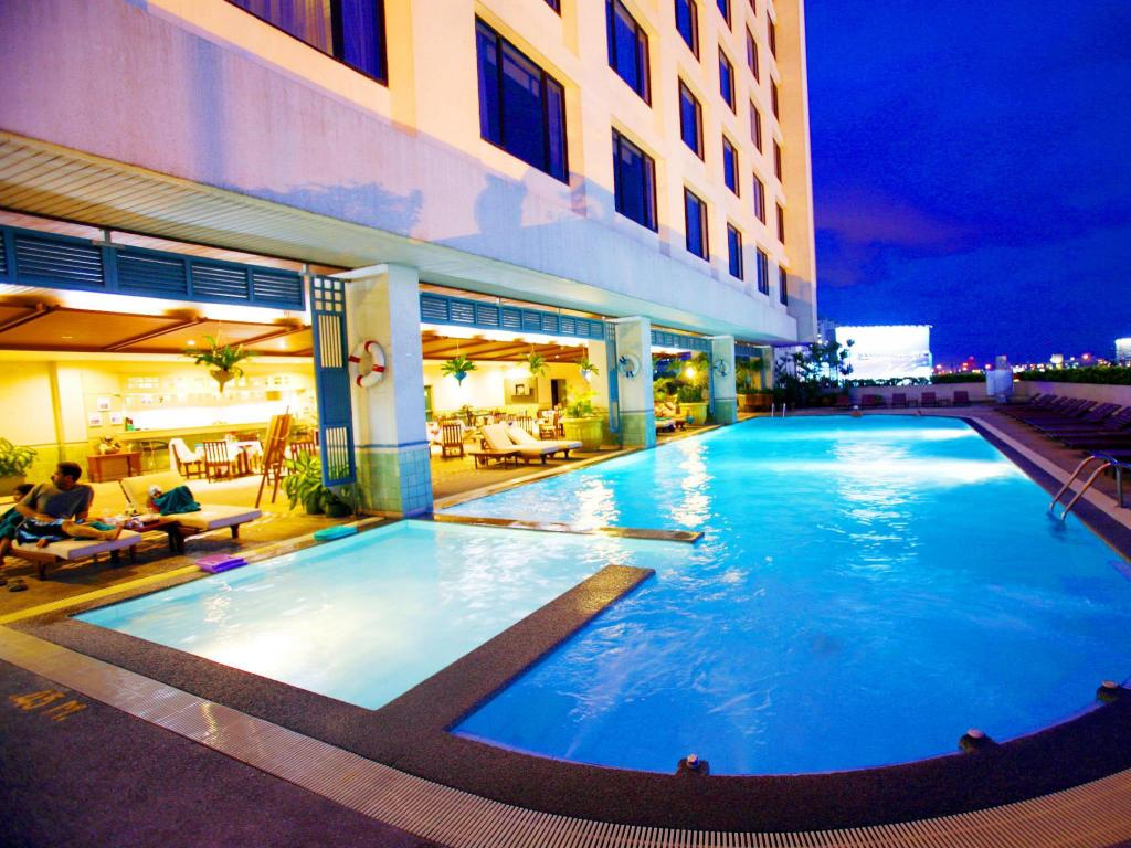 Swimming pool [outdoor] Golden Tulip Sovereign Hotel Bangkok