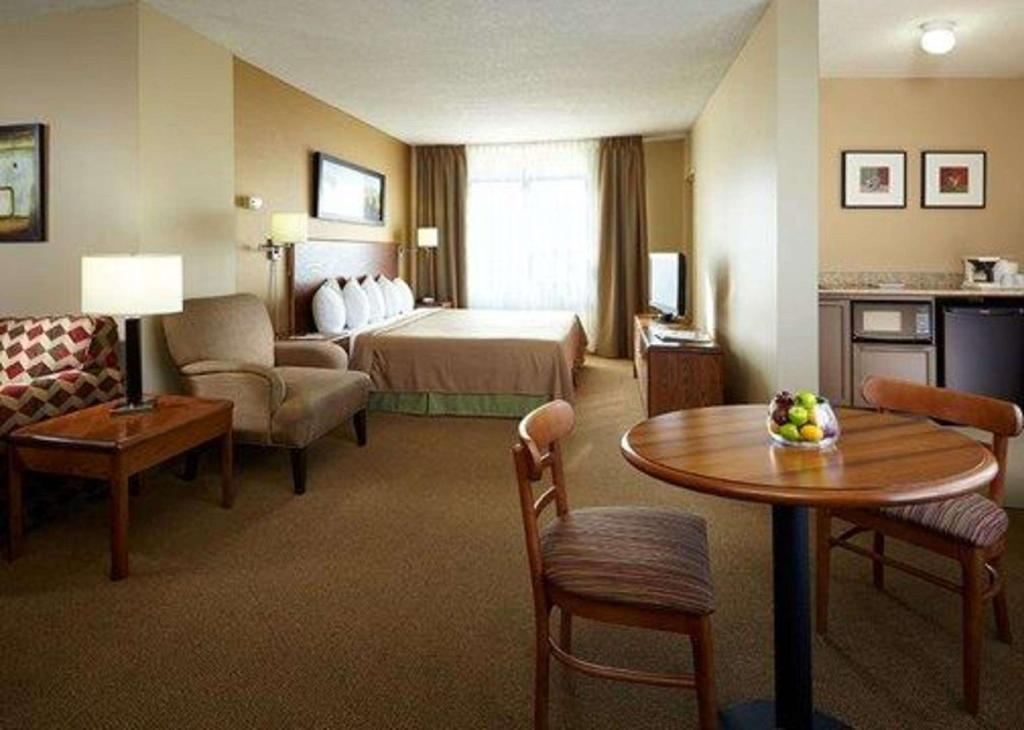 1 Queen Bed Suite, Non-Smoking - Cameră de oaspeţi Quality Inn and Suites P.E. Trudeau Airport