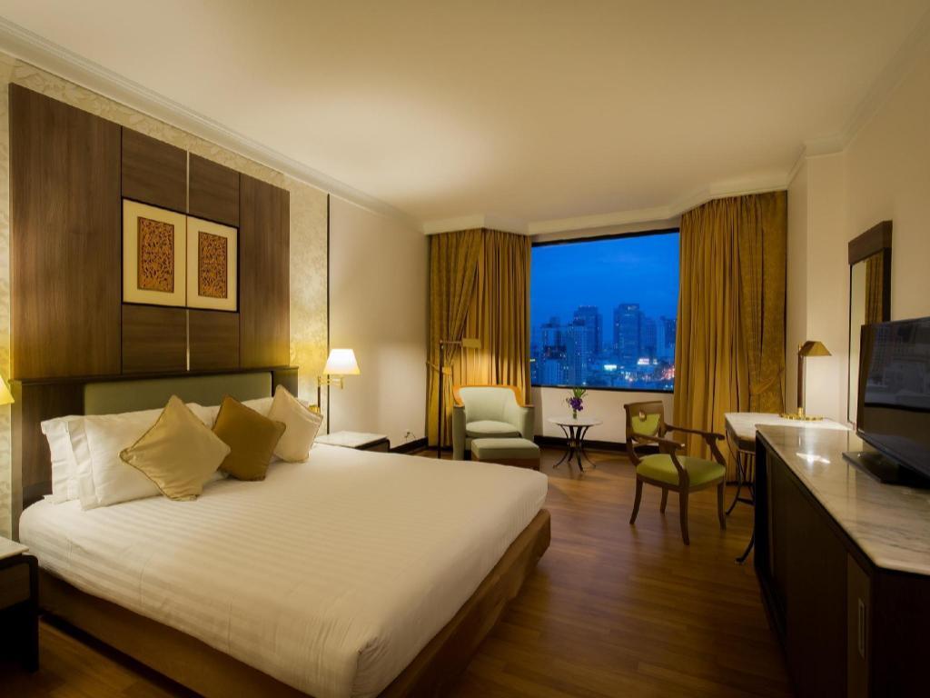 Premier Room Bed Chaophya Park Hotel