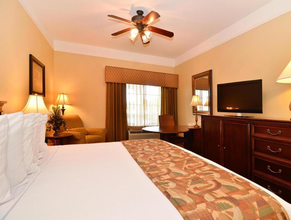 1 King Bed Accessible - Guestroom Best Western Plus Monica Royale Inn and Suites