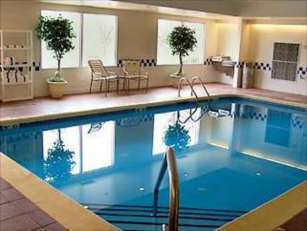 Swimming pool Fairfield Inn by Marriott Kalamazoo West