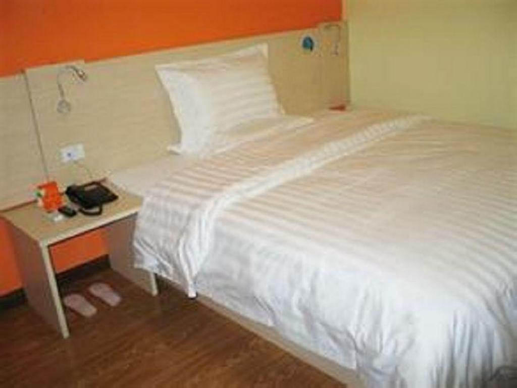 Economy - Domestic residents only - Bed 7 Days Inn Tianjin Binhai New Area Govement Branch