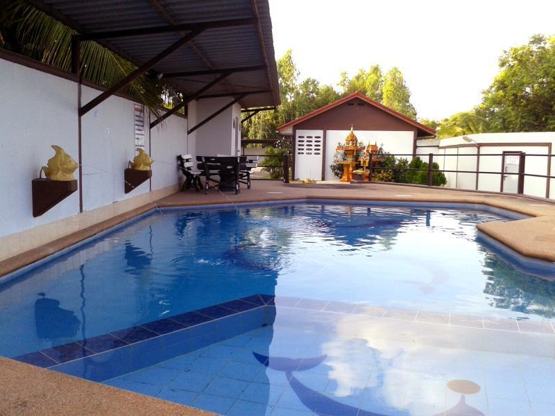 BANLANG HOTEL Resort & Swimmingpool in Surin - Room Deals, Photos ...